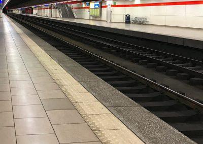 Fliesen auf Bahnsteig